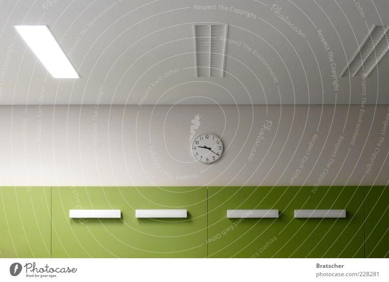 09:21 Raum Zeit Innenarchitektur Uhr trist einfach Stress Langeweile Genauigkeit Uhrenzeiger Pünktlichkeit Deckenlampe Wartesaal