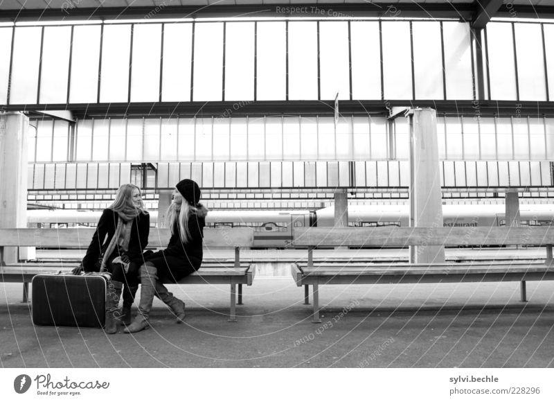 waiting for the train Mensch Jugendliche Winter sprechen Freundschaft Zusammensein sitzen warten Bank Junge Frau Gleise Bahnhof Mantel Abschied Koffer