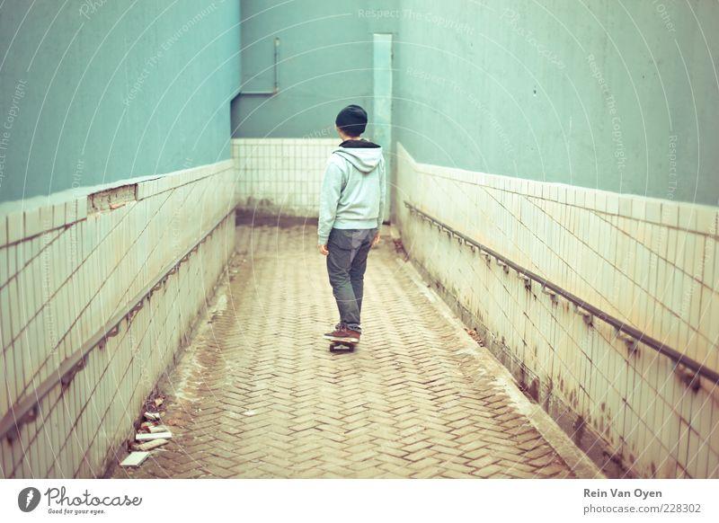 Skateboarding Mensch maskulin Junger Mann Jugendliche 1 18-30 Jahre Erwachsene Stadt Stadtrand Brücke Tunnel Parkhaus Mauer Wand Verkehr Bahnfahren Eisenbahn