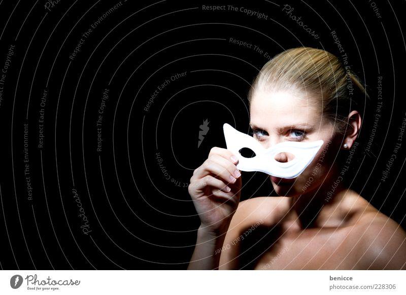 Carneval Karneval Maske Frau Mensch weiß Porträt verstecken elegant edel schön blond nackt Blick in die Kamera Erotik anonym unerkannt Gesichtsmaske Frauenaugen