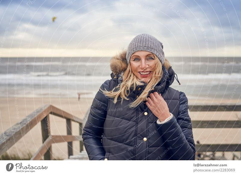 Frau von mittlerem Alter, die einen kalten Wintertag in dem Meer trotzt Glück schön Gesicht Ferien & Urlaub & Reisen Abenteuer Strand Erwachsene 45-60 Jahre