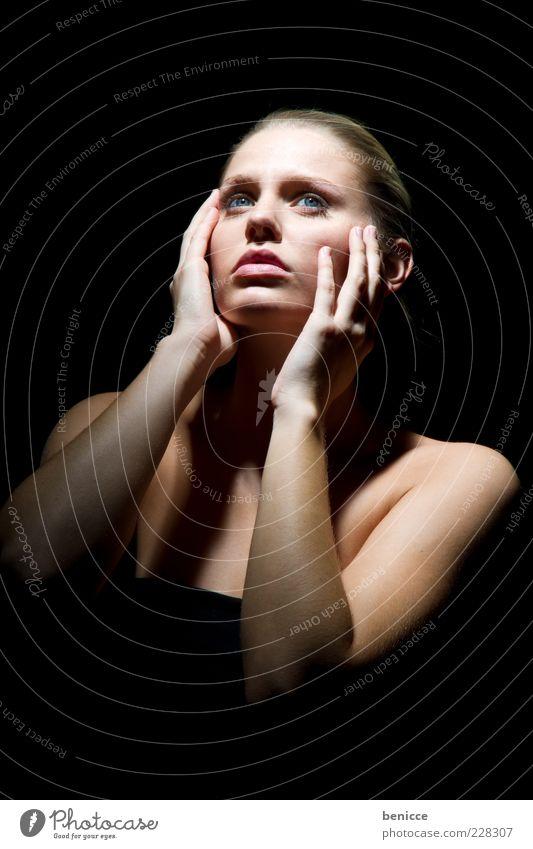 the face Frau Mensch schön Beautyfotografie Gesicht Licht Beleuchtung Hand Plastische Chirurgie Porträt Blick nach oben Wange attraktiv Model Frauengesicht
