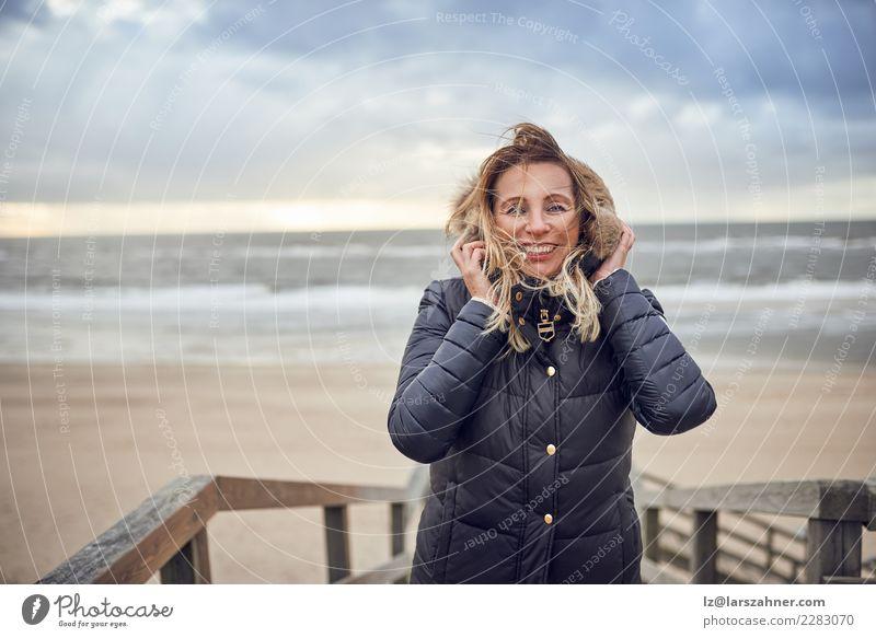 Frau von mittlerem Alter, die einen kalten Wintertag in dem Meer trotzt Glück schön Gesicht Freizeit & Hobby Ferien & Urlaub & Reisen Abenteuer Strand