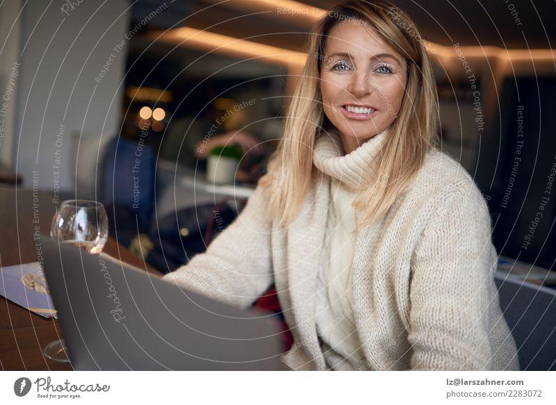 Attraktive blonde Frau, die an einem Laptop arbeitet Lifestyle Glück schön Zufriedenheit Restaurant Arbeit & Erwerbstätigkeit Büro Business Computer Notebook