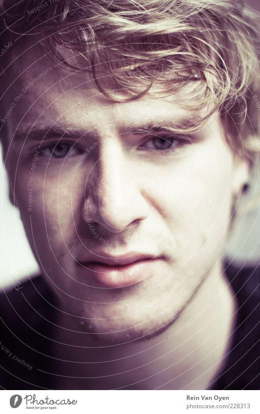 Mensch Jugendliche Gesicht Auge gelb Gefühle Haare & Frisuren Traurigkeit Mund Stimmung braun Angst blond Erwachsene trist violett