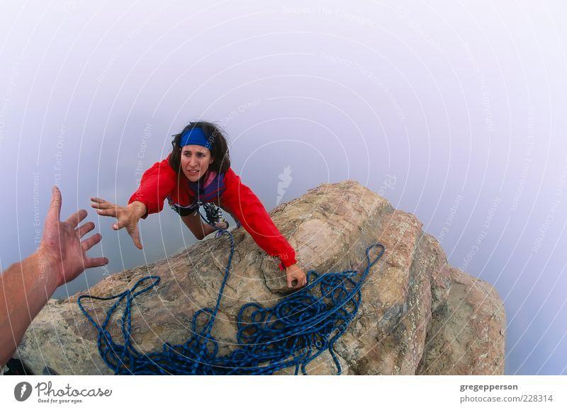 Kletterer greift nach einer Helferhand. Abenteuer Klettern Bergsteigen Seil Hand 1 Mensch 18-30 Jahre Jugendliche Erwachsene Gipfel sportlich hoch Tapferkeit