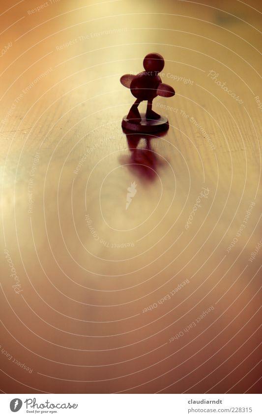 Einzelgänger Einsamkeit Gefühle Holz klein Vogel gehen Ostern laufen Zukunft außergewöhnlich Flügel Neugier Sehnsucht Symbole & Metaphern Spielzeug Flucht