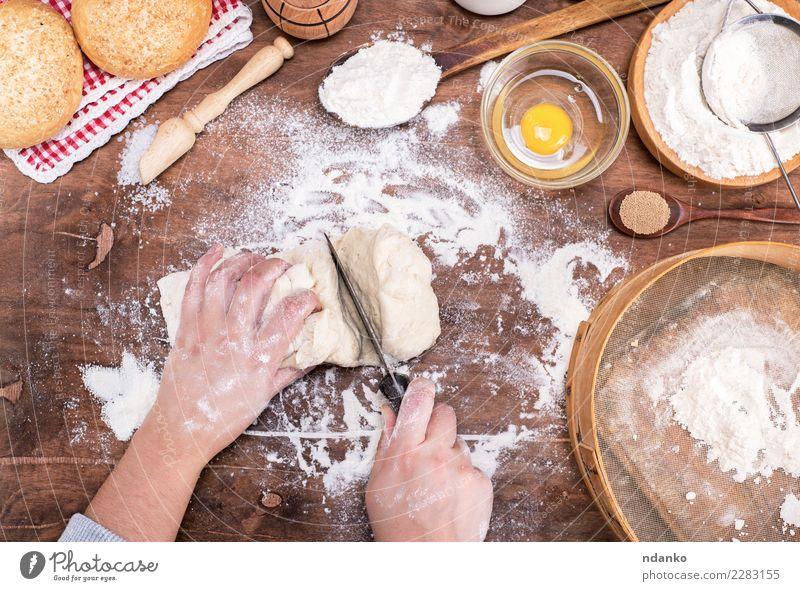 Frau weiß Hand Erwachsene natürlich Holz braun oben Körper frisch Arme Tisch Küche Brot machen Schalen & Schüsseln