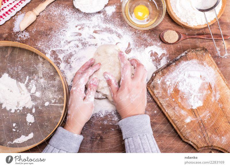 Hände stören einen Ball aus Hefeteig Teigwaren Backwaren Brot Schalen & Schüsseln Löffel Körper Tisch Küche Arme Hand Sieb Holz Essen frisch natürlich oben