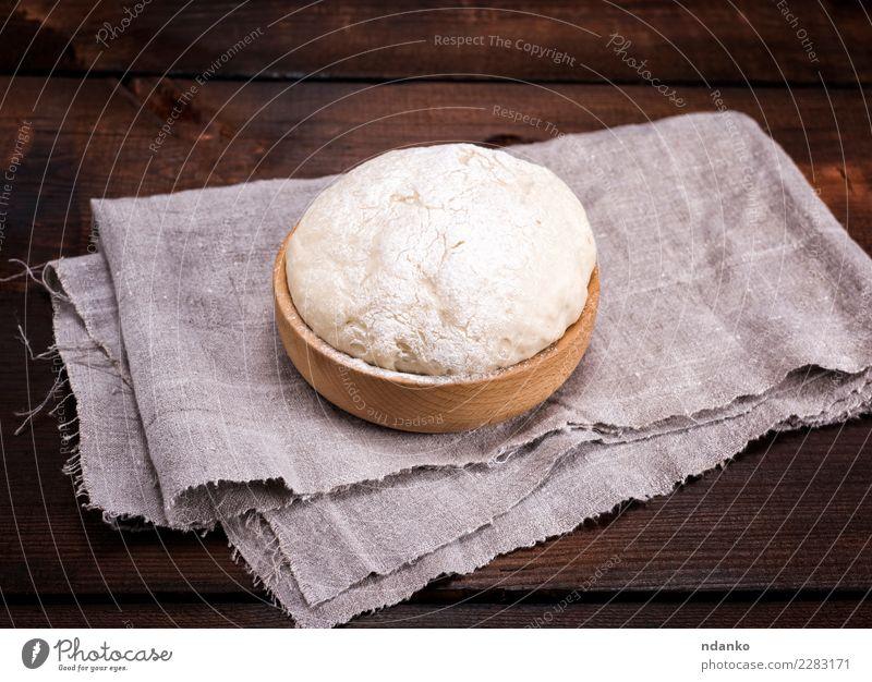 Hefeteig in einer hölzernen Schüssel Teigwaren Backwaren Brot Schalen & Schüsseln Tisch Küche Holz Essen frisch natürlich oben braun weiß Hintergrund