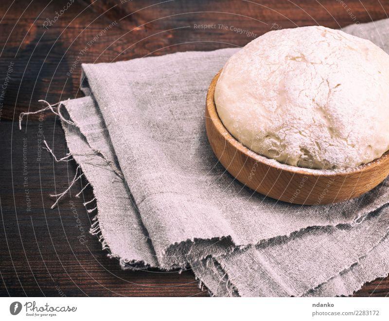Hefeteig in einer hölzernen Schüssel Teigwaren Backwaren Brot Schalen & Schüsseln Tisch Küche Holz frisch natürlich oben braun weiß Hintergrund Vorbereitung