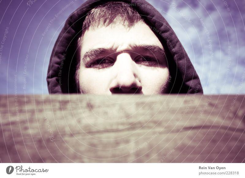 Mensch Jugendliche blau Gesicht Auge Holz braun Erwachsene maskulin Nase violett geheimnisvoll Mütze Pullover brünett Holzbrett