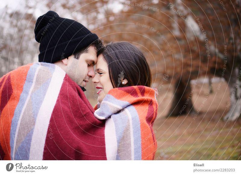Nettes Paar in Decke gewickelt Mensch Natur Ferien & Urlaub & Reisen Jugendliche Junge Frau Junger Mann rot Winter 18-30 Jahre Erwachsene Herbst Gesundheit