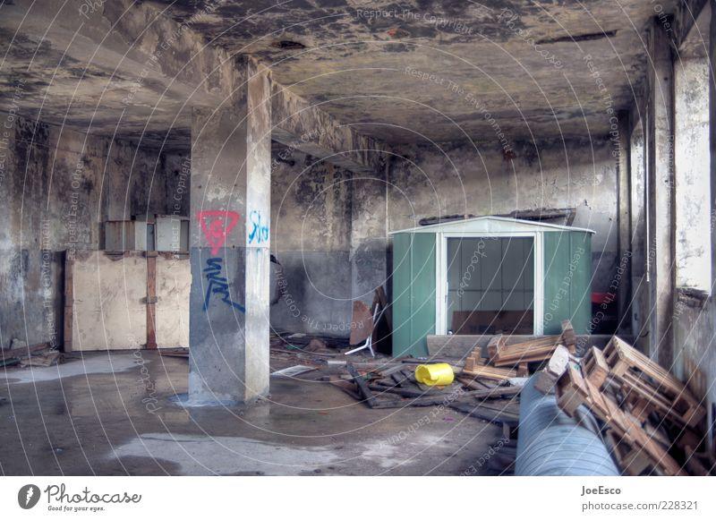 couchsurfing Lifestyle Wohnung Raum Baustelle dreckig dunkel kaputt Zukunftsangst Armut chaotisch Endzeitstimmung Krise Paletten Beton Säule Verfall untergehen