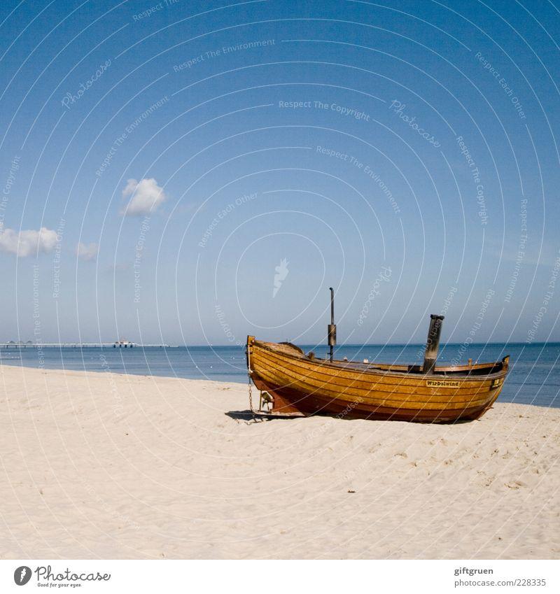 fischers fritz macht feierabend Fischerboot Umwelt Natur Landschaft Urelemente Sand Wasser Himmel Wolken Horizont Sommer Schönes Wetter Küste Strand Ostsee alt