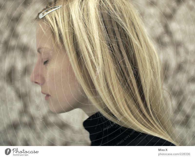 Augen zu Mensch Jugendliche schön ruhig feminin Erwachsene Haare & Frisuren träumen braun blond ästhetisch Konzentration 18-30 Jahre Frau langhaarig geschlossene Augen