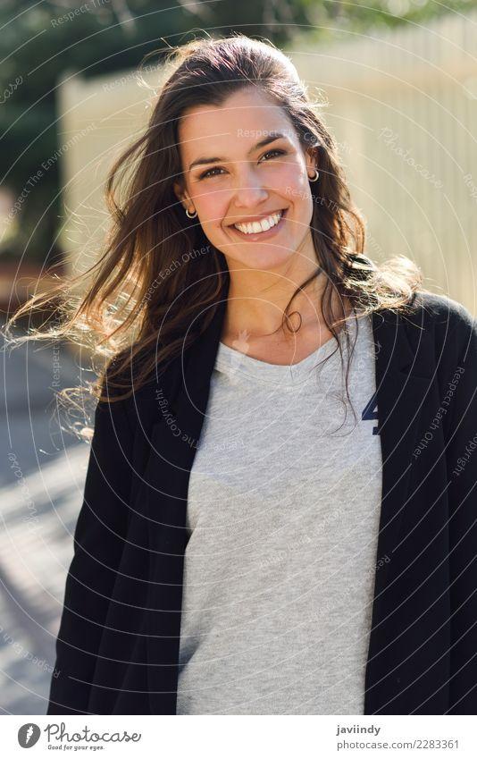 Junge Frau, die im städtischen Hintergrund lächelt Mensch Jugendliche schön weiß Freude 18-30 Jahre Straße Erwachsene Gefühle feminin Mode elegant Lächeln