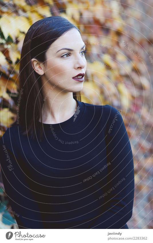 Schöne junge Frau, Modell der Mode, tragendes schwarzes Kleid Mensch Jugendliche Junge Frau schön weiß 18-30 Jahre Straße Erwachsene Lifestyle feminin Stil