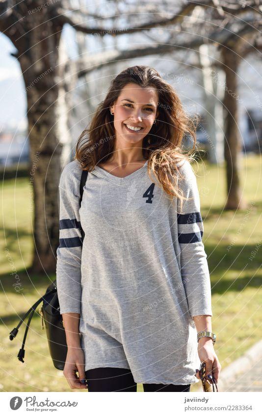 Lächelnde Frau mit zufälliger Kleidung im städtischen Hintergrund Mensch Jugendliche Junge Frau schön weiß Freude 18-30 Jahre Straße Erwachsene Gefühle feminin