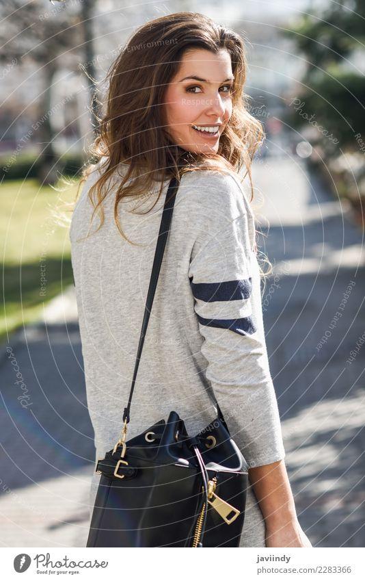 Portrait der schönen Frau lächelnd in der Straße kaufen elegant Mensch Junge Frau Jugendliche Erwachsene 1 18-30 Jahre Mode Bekleidung Kleid Sonnenbrille