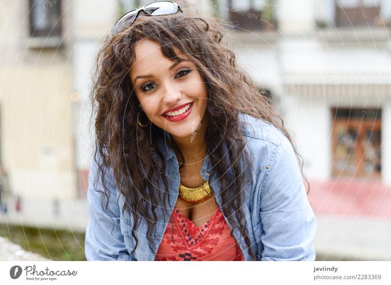 Frau Mensch Jugendliche Junge Frau schön 18-30 Jahre Gesicht Straße Erwachsene Lifestyle Gefühle feminin Stil Glück Haare & Frisuren Mode