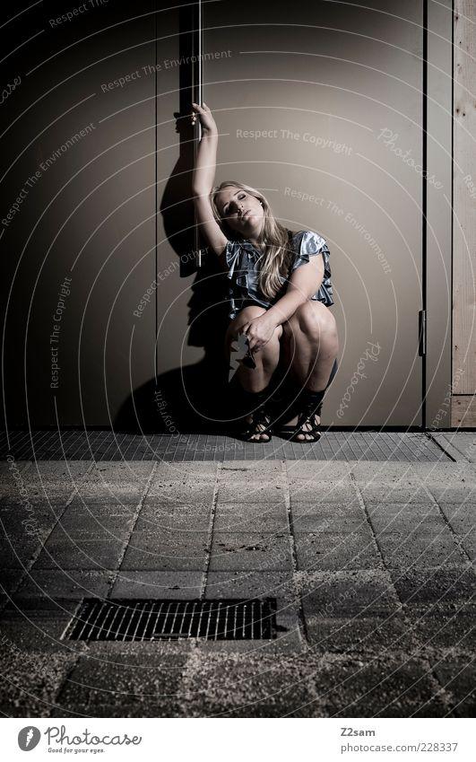 Hingabe Jugendliche schön ruhig Erwachsene Einsamkeit feminin dunkel kalt Stil Traurigkeit träumen Tür blond elegant modern ästhetisch