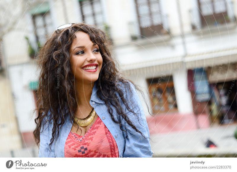 Gemischte Frau im urbanen Hintergrund, die Freizeitkleidung trägt. Lifestyle Stil schön Haare & Frisuren Mensch feminin Junge Frau Jugendliche Erwachsene 1