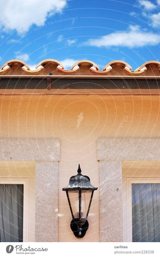 Haus am Meer Himmel Wolken Sommer Schönes Wetter Mauer Wand Fassade Fenster Dach Dachrinne ästhetisch eckig elegant einzigartig blau braun Symmetrie Dachziegel