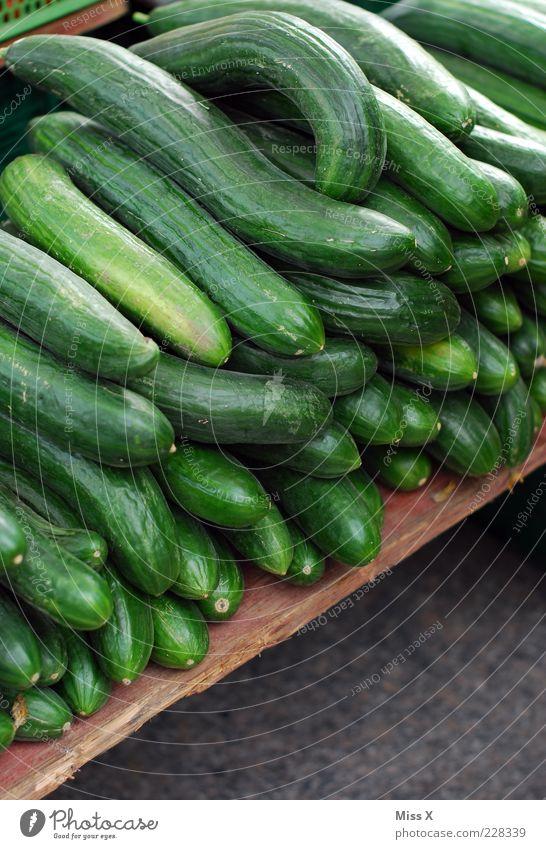 Gurkig grün Lebensmittel frisch viele Gemüse Bioprodukte Ware Markt Gurke Marktstand Salatgurke Wochenmarkt Gemüsemarkt