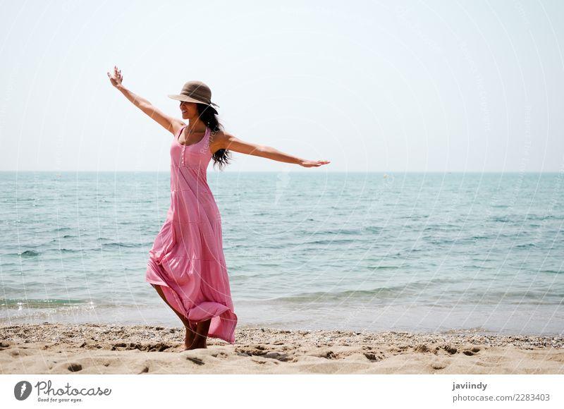 Frau mit langen rosa Kleid an einem tropischen Strand Mensch Ferien & Urlaub & Reisen Jugendliche Junge Frau blau Sommer schön Freude 18-30 Jahre Erwachsene