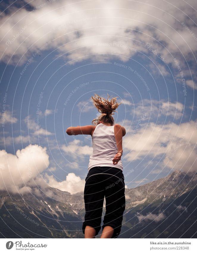Freudensprünge Mensch Himmel Jugendliche schön Sommer Erwachsene feminin Landschaft Berge u. Gebirge Haare & Frisuren springen Gesundheit Kraft blond Freizeit & Hobby T-Shirt