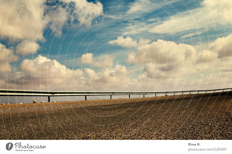 HimmelsGrenze Himmel blau Wolken Straße Freiheit Stein Klima Perspektive Sicherheit Asphalt Grenze Zaun Schönes Wetter Kurve Surrealismus Wetter