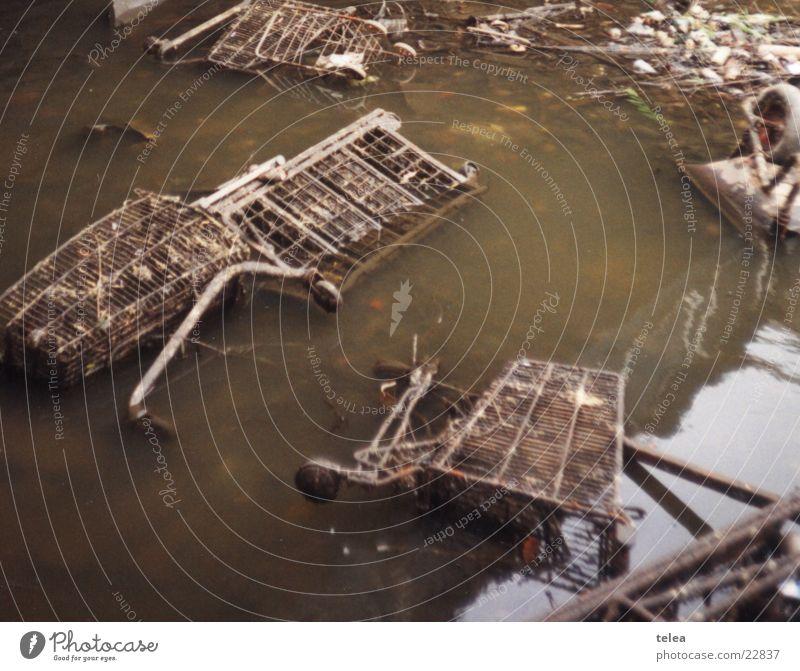 Einkaufstour im Regents Canal Schifffahrt England Umweltverschmutzung Abwasserkanal Einkaufswagen London Borough of Camden