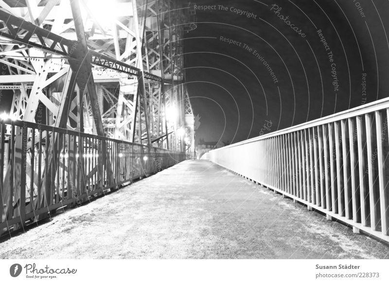 Wunder Brücke leuchten Stahlträger Geländer Dresden Laterne Stahlbrücke Schwarzweißfoto Außenaufnahme Nacht Kunstlicht Schatten Kontrast Gegenlicht Wege & Pfade