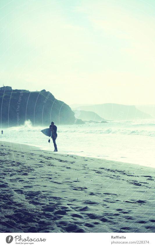 Freiheit Surfbrett Surfer Wasser Schönes Wetter Nebel Hügel Felsen Wellen Küste Strand Meer laufen sportlich heiß hell blau Klippe Wolkenhimmel Sand Fußspur