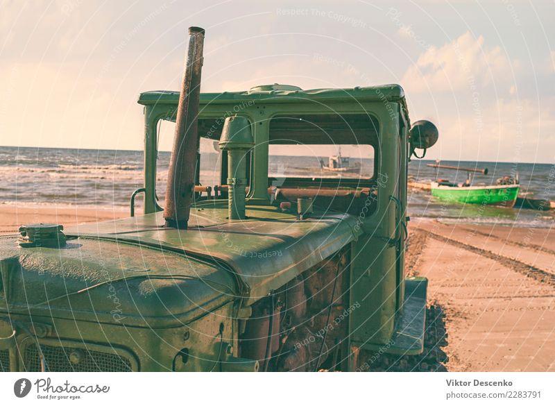 Traktor am Sandstrand der Ostsee Strand Meer Natur Landschaft Himmel Wolken Horizont Herbst Küste Verkehr Wasserfahrzeug Fluggerät Vogel Holz Linie alt blau rot