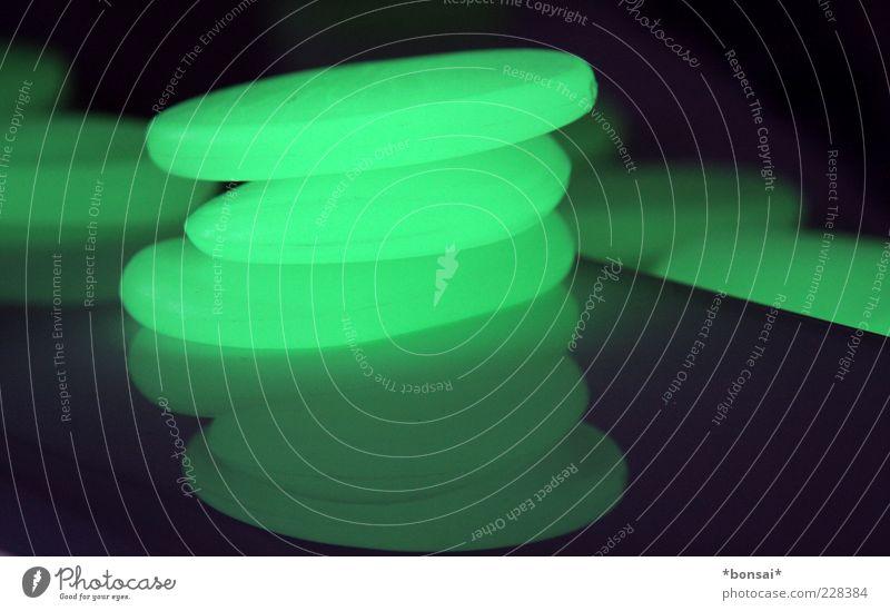 happy birthday to me Dekoration & Verzierung Kitsch Krimskrams Kunststoff leuchten liegen dunkel rund grün schwarz Design Zufriedenheit Phosphor Farbfoto