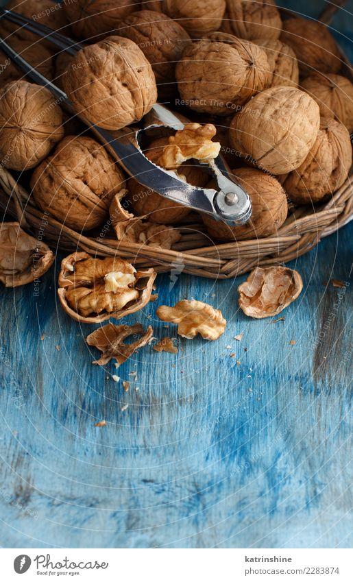 Frische Walnüsse mit einem Nussknacker Ernährung Vegetarische Ernährung Tisch Menschengruppe alt natürlich blau braun grau Antioxidans Amuse-Gueule gebrochen
