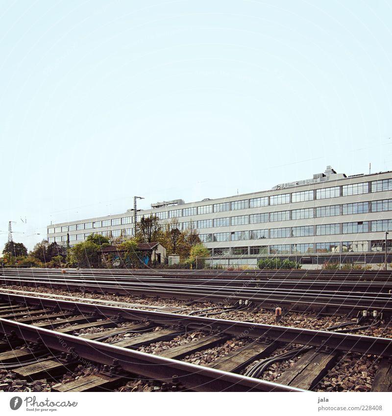 am gleis Fabrik Unternehmen Himmel Industrieanlage Bauwerk Gebäude Architektur Personenverkehr Güterverkehr & Logistik Schienenverkehr Gleise Schienennetz trist