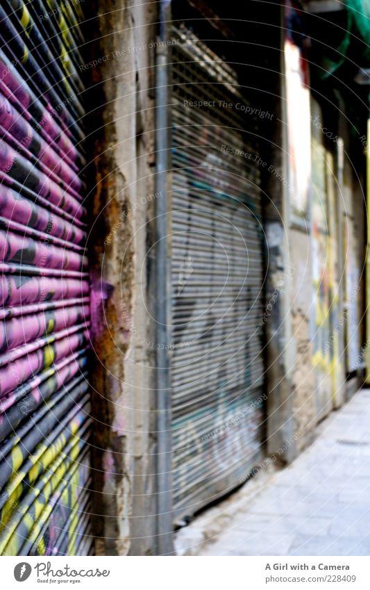die Wand entlang alt Stadt Haus schwarz kalt dunkel Graffiti Stein Metall Fassade verrückt kaputt bedrohlich einzigartig Wut trendy