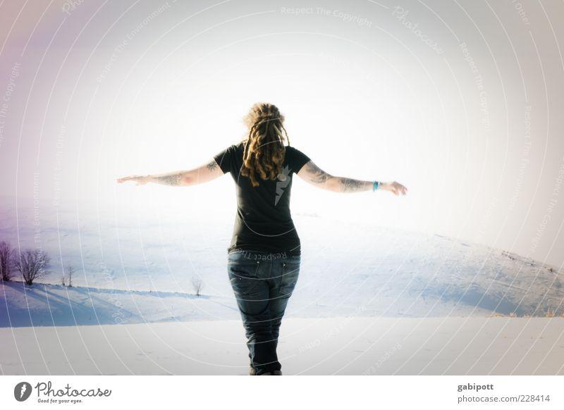 kerstin schaut ins land Frau Mensch Winter Erwachsene feminin Schnee hell Tanzen Rücken Arme Fröhlichkeit stehen T-Shirt Jeanshose Hügel Vertrauen