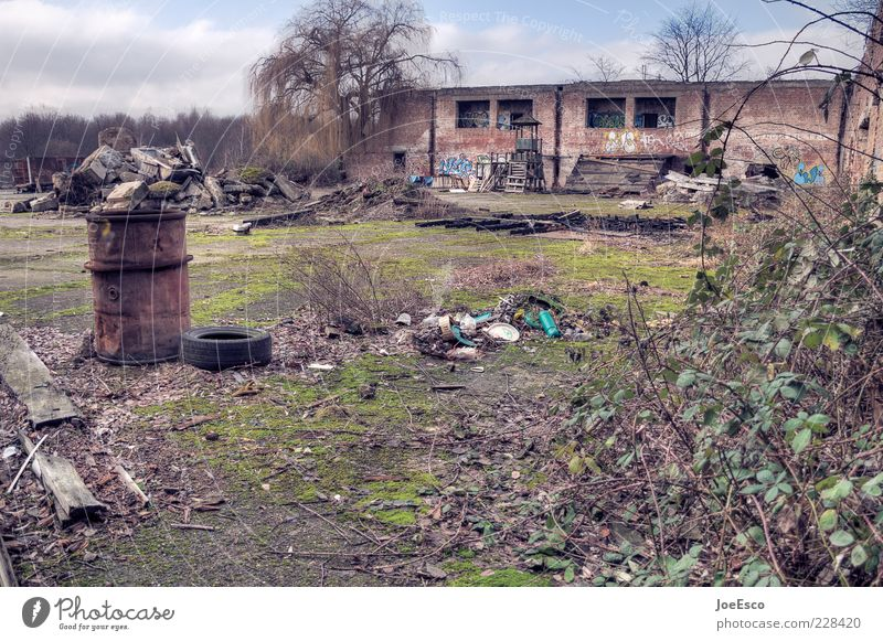#228420 Himmel Pflanze Einsamkeit Haus dunkel Leben Traurigkeit dreckig kaputt trist Sträucher Bauwerk verfallen Müll Ruine chaotisch