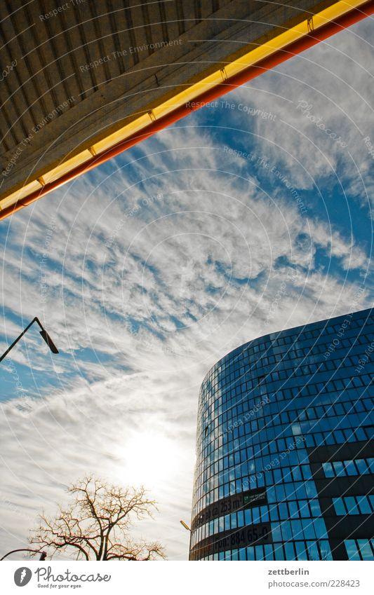 Tankstelle Haus Himmel Wolken Sonne Stadt Hochhaus Bankgebäude Gebäude Architektur Dach hell Schöneberg Fassade Farbfoto Außenaufnahme Menschenleer Tag Licht