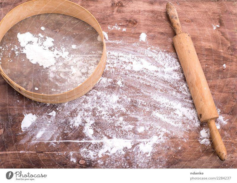 Mehl auf einem braunen Holztisch bestreut Teigwaren Backwaren Brot Tisch Küche Sieb retro weiß Weizen Essen zubereiten kulinarisch backen Raum Holzplatte