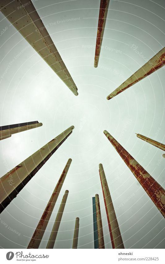 Blick nach oben [BO III] Luft Himmel Wolken Fahnenmast Stab Stahl Rost Ziel Gedeckte Farben abstrakt Blitzlichtaufnahme Froschperspektive Weitwinkel