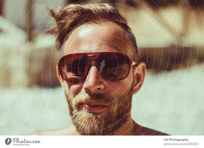 Mensch Ferien & Urlaub & Reisen Mann Farbe Meer Strand Erwachsene braun Aussicht stehen Lächeln Fröhlichkeit Bekleidung Fotografie Fotokamera selbstbewußt