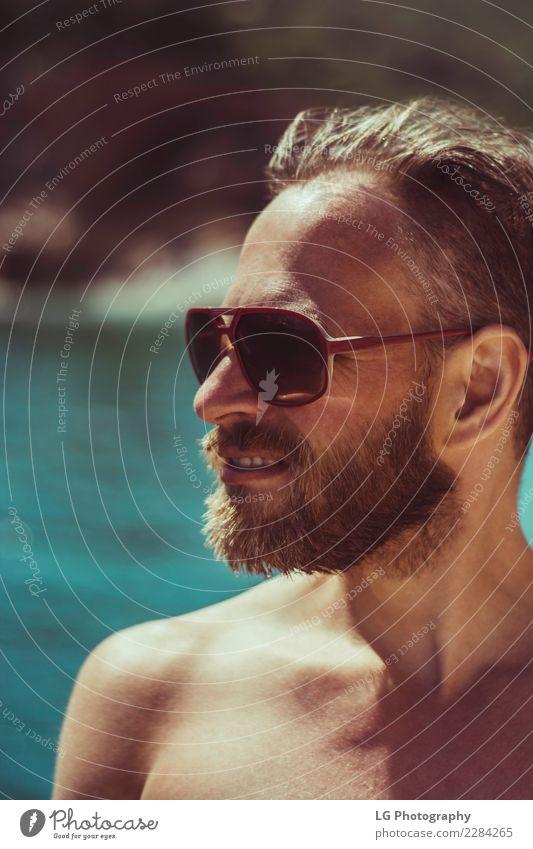 Mensch Ferien & Urlaub & Reisen Mann Farbe Meer Strand Erwachsene braun Aussicht Lächeln stehen Fröhlichkeit Bekleidung Fotografie Fotokamera selbstbewußt