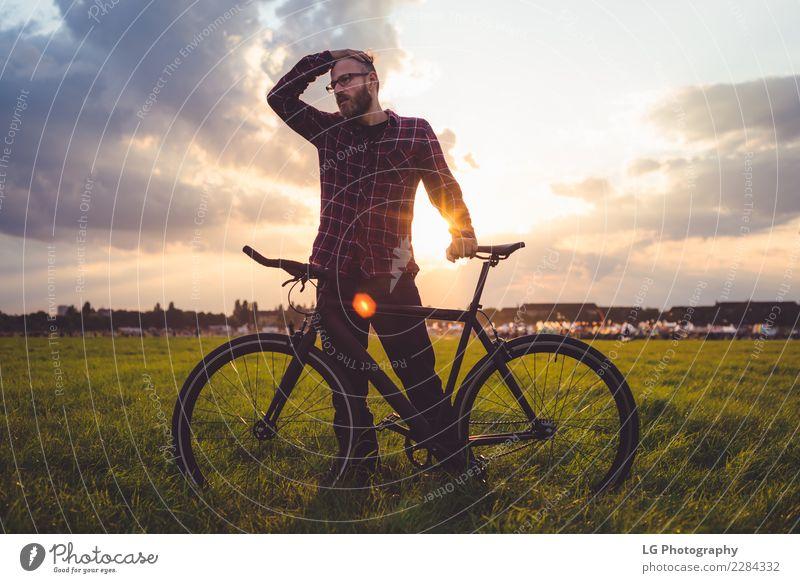 Mann mit Fahrrad Lifestyle Erholung Ferien & Urlaub & Reisen Ausflug Abenteuer Sommer Berge u. Gebirge Tapete Sport Fahrradfahren Erwachsene Natur Landschaft