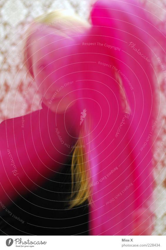 Rosa Rosa Mensch Jugendliche Erwachsene Bewegung blond Wind rosa Streifen 18-30 Jahre Frau werfen Junge Frau wehen Schal Tuch schemenhaft
