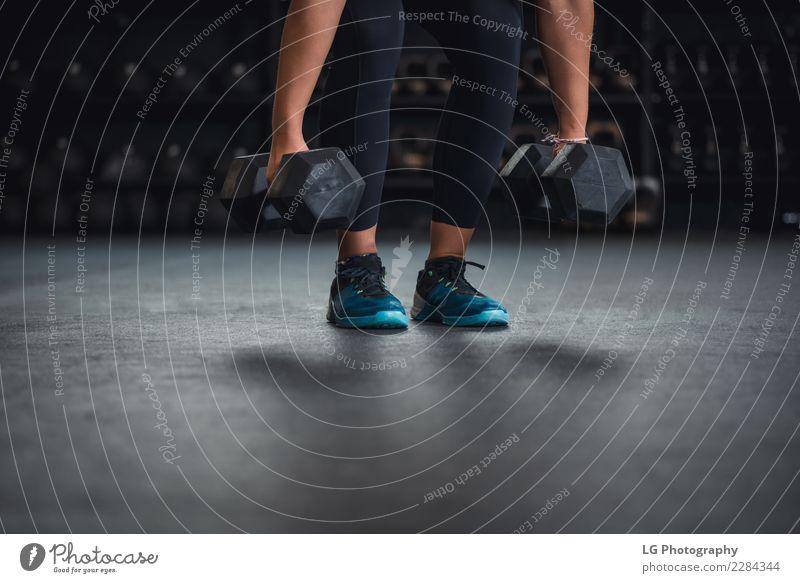 Cross Fit Training mit Kurzhanteln Körper Sport Mensch Mann Erwachsene Gebäude Fitness muskulös natürlich stark Kraft Energie Konkurrenz Konzentration sportlich
